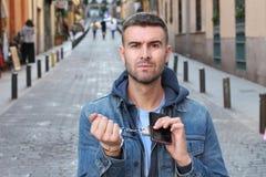 Mężczyzna przykuwający do jego smartphone nałogu pojęcia fotografia royalty free
