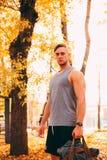 Mężczyzna przystojni stojaki w jesień parku w sportswear zdjęcia stock