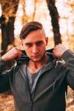 Mężczyzna przystojni stojaki w jesień parku w sportswear fotografia royalty free