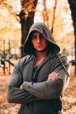 Mężczyzna przystojni stojaki w jesień parku w sportswear obrazy royalty free