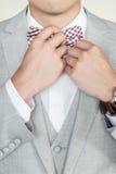Mężczyzna Przystosowywa łęku krawat Zdjęcie Stock