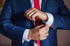Mężczyzna przystosowywa jego cufflinks Zdjęcie Royalty Free