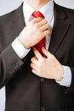 Mężczyzna przystosowywa jego krawat Zdjęcie Royalty Free