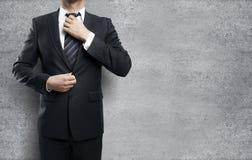 Mężczyzna przystosowywa krawat Fotografia Royalty Free
