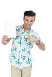 Mężczyzna punkty pusta karta Przystojna brazylijska samiec jest ubranym lato c zdjęcia royalty free