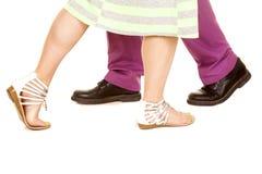 Mężczyzna purpur kostiumu kobiety zieleni sukni spaceru pas cieki obraz royalty free