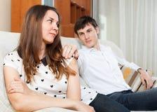 Mężczyzna pyta dla przebaczenia od młodej kobiety Zdjęcie Royalty Free