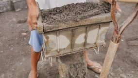 Mężczyzna ręcznie produkuje ceglane foremki dla budowy od powulkanicznego popiółu w mieście Legazpi Filipiny zdjęcie wideo