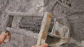 Mężczyzna ręcznie produkuje ceglane foremki dla budowy od powulkanicznego popiółu w mieście Legazpi Filipiny zbiory wideo