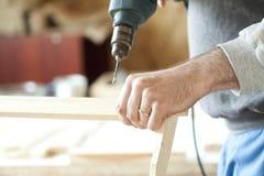 Mężczyzna ręk świderu lath w warsztacie Obraz Stock
