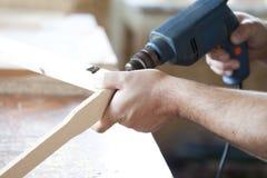 Mężczyzna ręk świderu lath w warsztacie Zdjęcia Stock