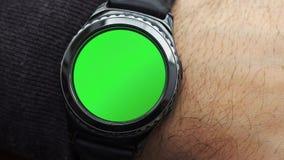 Mężczyzna ręk gesty na round parawanowym nowożytnym smartwatch z zielenieją parawanową chroma klucza zawartość, zakończenie zbiory wideo