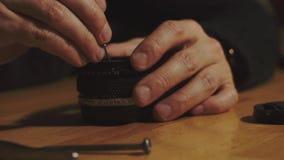 Mężczyzna ręk remontowy obiektyw zbiory wideo