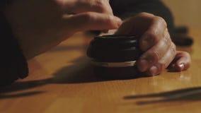 Mężczyzna ręk remontowy obiektyw zdjęcie wideo