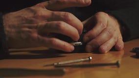Mężczyzna ręk remontowy obiektyw zbiory