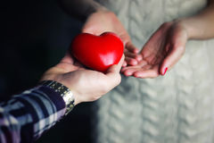 Mężczyzna ręka daje valentine kierowej pary Obrazy Stock
