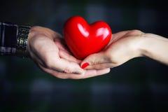 Mężczyzna ręka daje valentine kierowej pary Obrazy Royalty Free