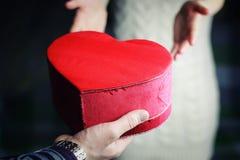 Mężczyzna ręka daje valentine kierowej pary Zdjęcia Royalty Free