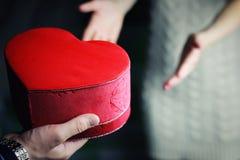 Mężczyzna ręka daje valentine kierowej pary Zdjęcia Stock