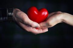 Mężczyzna ręka daje valentine kierowej pary Zdjęcie Stock