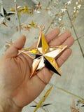 Mężczyzna ręka i dekoraci gwiazda Fotografia Royalty Free