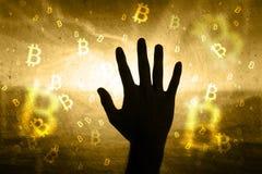 Mężczyzna ręka na abstrakcjonistycznym bitcoin sieci tle Obraz Royalty Free