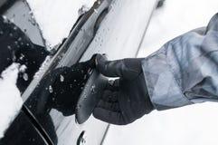 Mężczyzna ręka otwiera samochodowego drzwi Obrazy Royalty Free