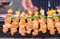 Mężczyzna ręka piec na grillu grilla na kuchence Obraz Stock