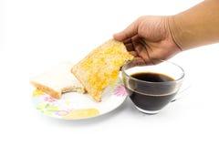 Mężczyzna ręka podnosi obruszenie chleb up od śniadaniowego naczynia Fotografia Royalty Free