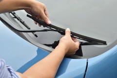 Mężczyzna ręka podnosi up windscreen wiper Zdjęcie Stock