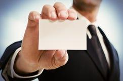 Mężczyzna ręka pokazuje wizytówkę Czarny krawat i kostium Obrazy Stock