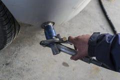 Mężczyzna ręka refilling samochód Zdjęcia Stock