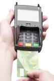 Mężczyzna ręka trzyma bank kartę na terminal Fotografia Stock