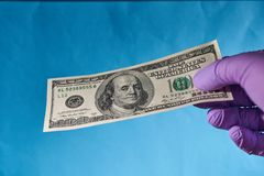 Mężczyzna ręka trzyma dolary, odgórny widok niebieska tła zdjęcia royalty free