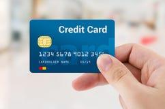 Mężczyzna ręka trzyma osobistego kredyt lub kartę debetową Zdjęcia Royalty Free