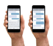 Mężczyzna ręka trzyma smartphone z sms gawędzi zdjęcia royalty free