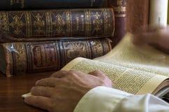 Mężczyzna ręka trzyma starej książki biblioteki zamknięta w górę fotografia stock