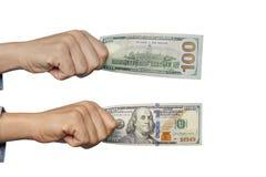 mężczyzna ręka trzyma sto dolarów Zdjęcie Royalty Free