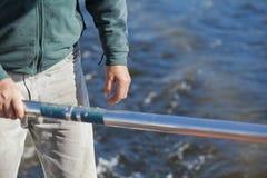 Mężczyzna ręka utrzymuje sterowanie riverboat Fotografia Royalty Free