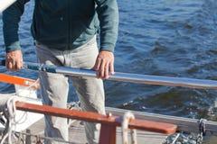 Mężczyzna ręka utrzymuje sterowanie riverboat Obraz Stock