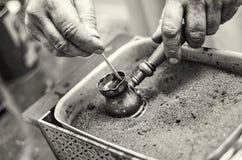 Mężczyzna ręka warząca Turecka kawa fotografia royalty free