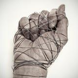 Mężczyzna ręka wiążąca z drutem obraz stock