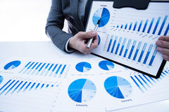 Mężczyzna ręka z biznesowym raportem Obraz Stock