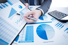Mężczyzna ręka z biznesowym raportem Zdjęcie Stock