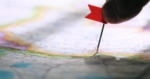 Mężczyzna ręka z chorągwianą szpilką na mapie pokazuje miejsce przeznaczenia punkt samochodowej miasta poj?cia Dublin mapy ma?a p zbiory wideo