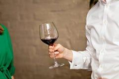 Mężczyzna ręka z wina szkłem zdjęcia royalty free