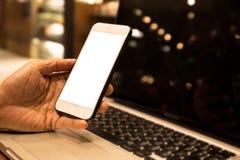 Mężczyzna ręki areszt przy sądzie telefonu bielu ekran nad laptopem fotografia royalty free