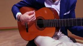 Mężczyzna ręki bawić się hiszpańską gitarę akustyczną zbiory wideo