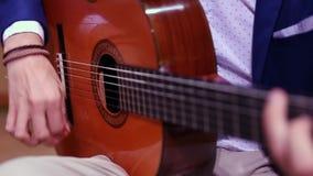 Mężczyzna ręki bawić się hiszpańską gitarę akustyczną zbiory