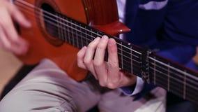 Mężczyzna ręki bawić się hiszpańską gitarę akustyczną zdjęcie wideo